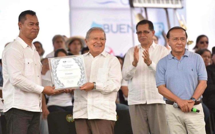 Autoridad de Aviación Civil entrega reconocimiento otorgado por la OACI, a Presidente Salvador Sánchez Cerén.