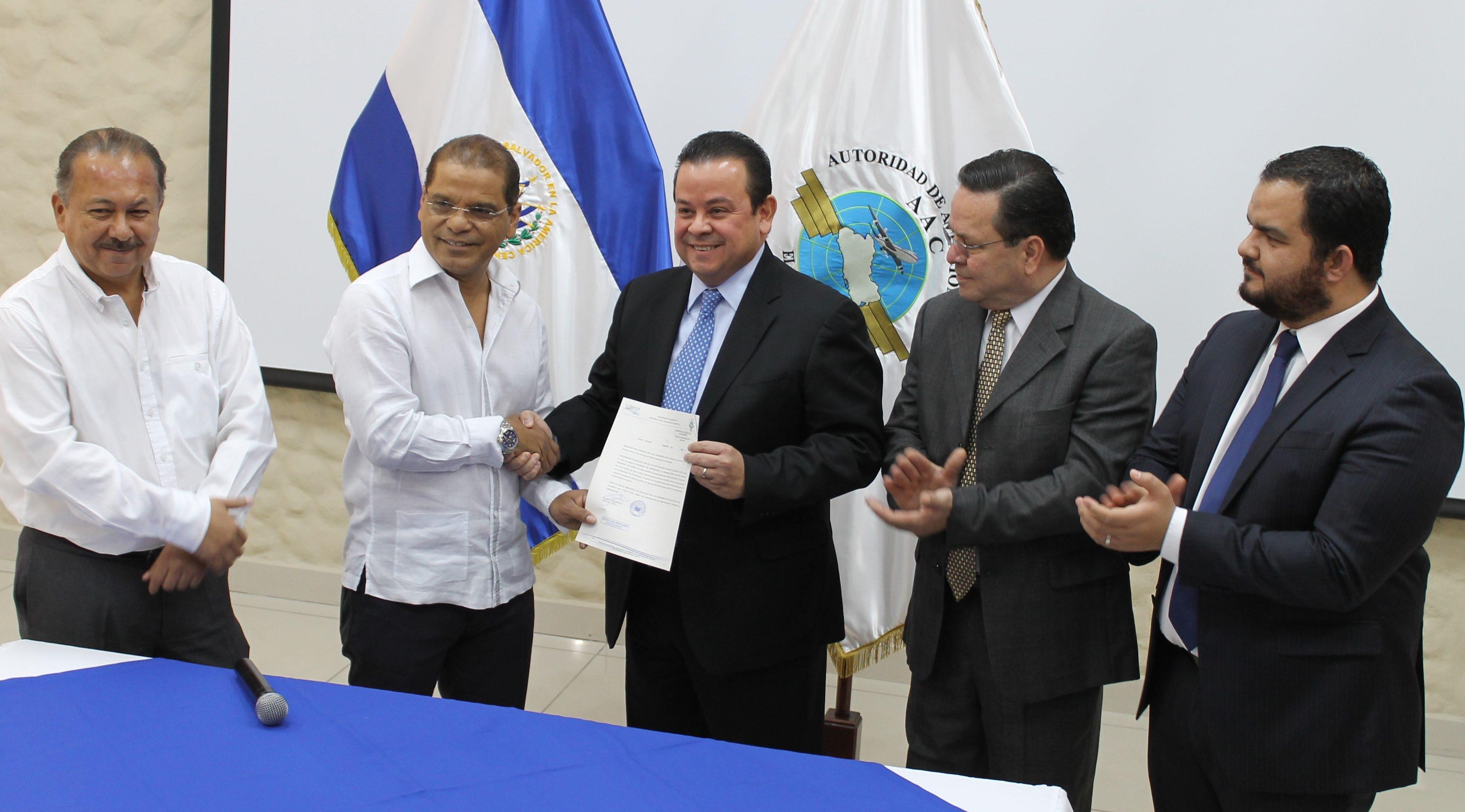 Vicepresidente de la República y Autoridad de Aviación Civil entregan permiso de operación a VOLARIS.