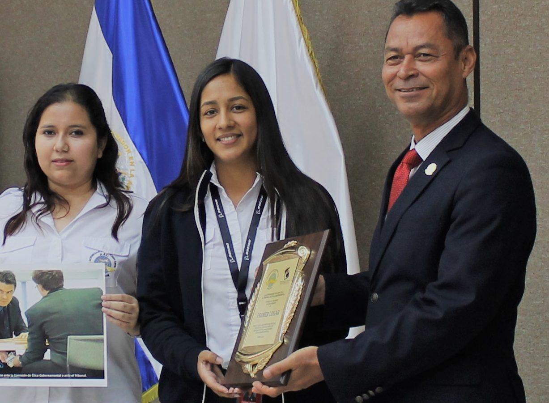 Autoridad de Aviación Civil entrega reconocimiento a ganadores de Concurso sobre prohibiciones y valores éticos.