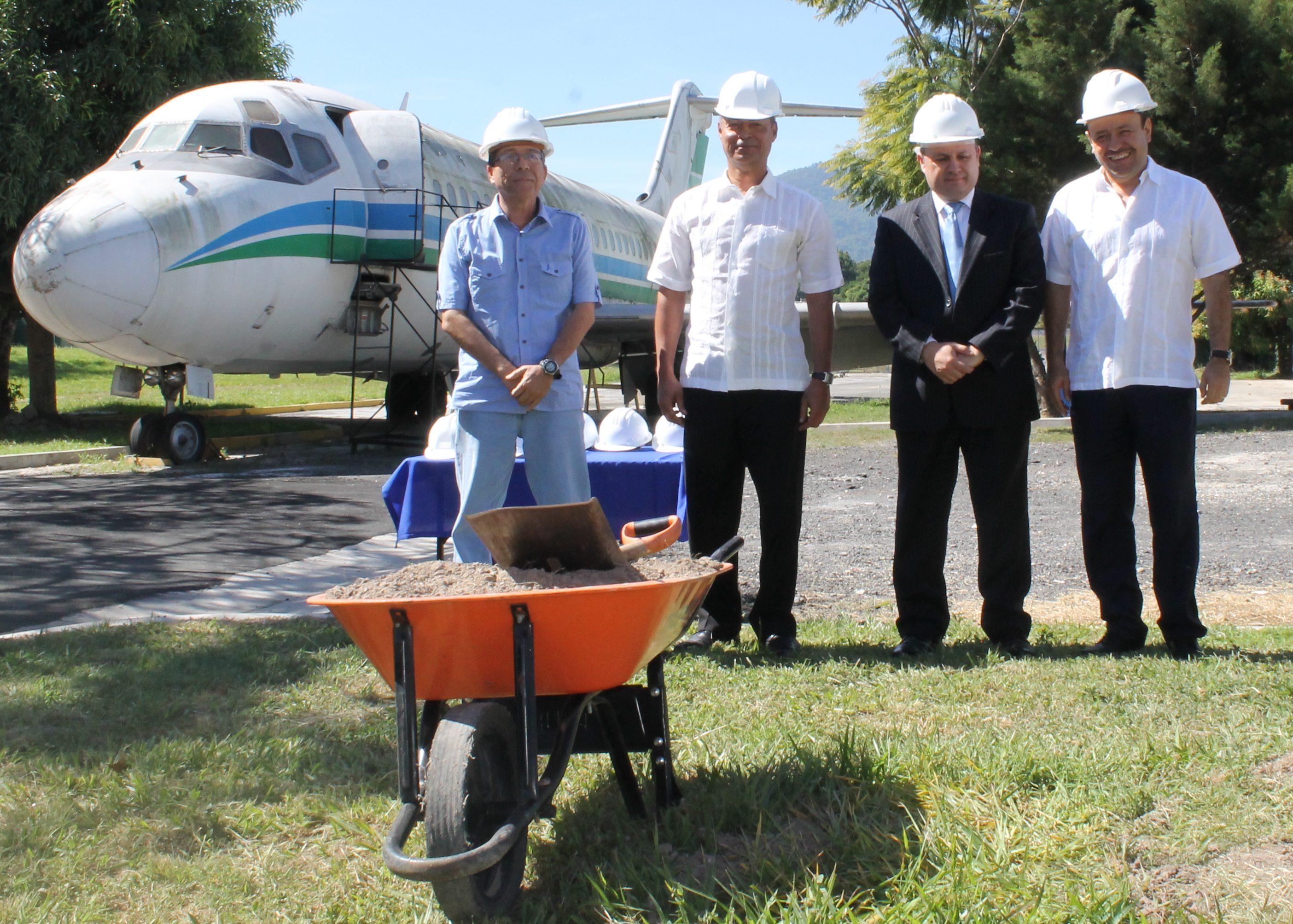 COLOCAN PRIMERA PIEDRA DEL PROGRAMA DE FORMACIÓN TÉCNICO EN MANTENIMIENTO AERONÁUTICO CON ESPECIALIDAD